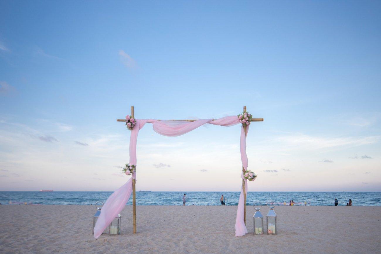 simple-beach-wedding-decoration-for-elopment-4 Simple Bamboo Decoration for Elopments