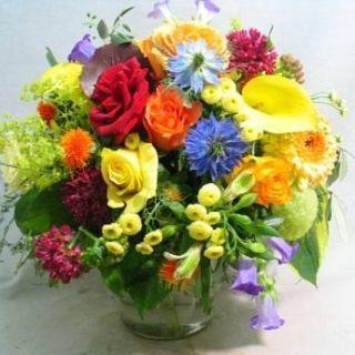 ramo-de-rosas-y-flores-variadas-en-tonalidades-variadas