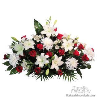 Centro funerario con rosas en blanco y rojo