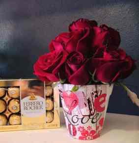 Arreglo de rosas con chocolate para Arreglos florales Tijuana - Florerias en Tijuana