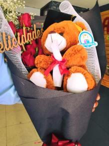 Docena de rosas con letrero y peluche de graduado para Arreglos florales Tijuana - Florerias en Tijuana