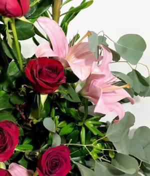 Besos tintos. Arreglo con rosas rojas y lilis - Florerías en Tijuana, Arreglos Florales Tijuana