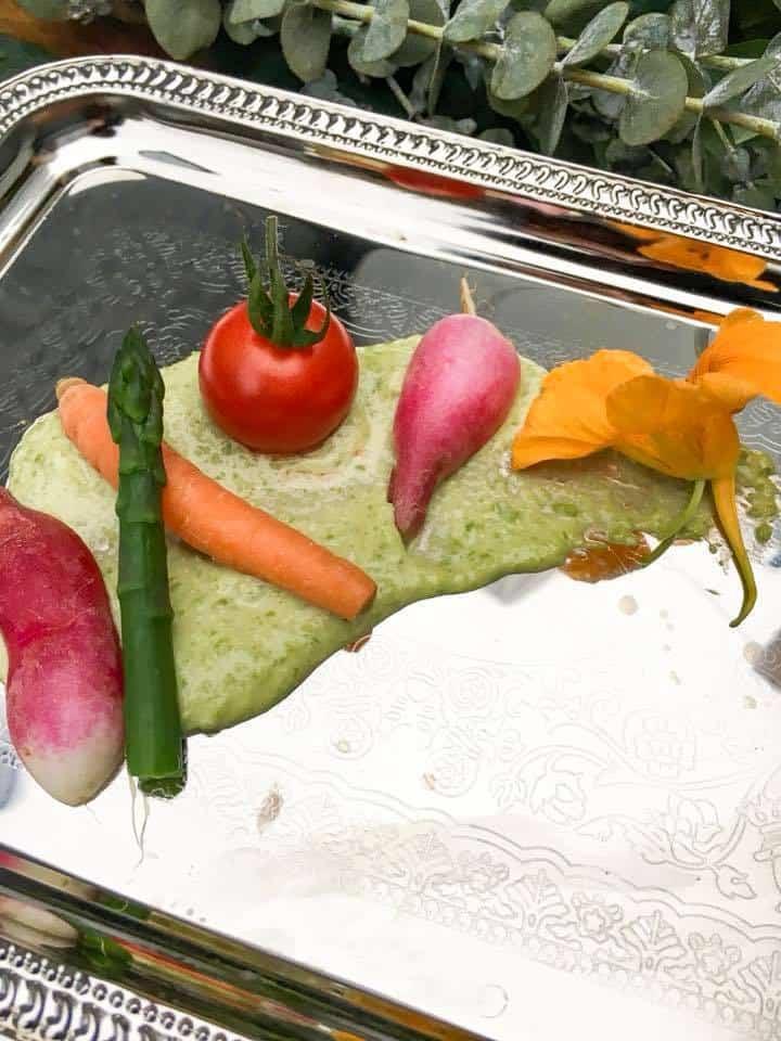 Crudités with sweet pea hummus