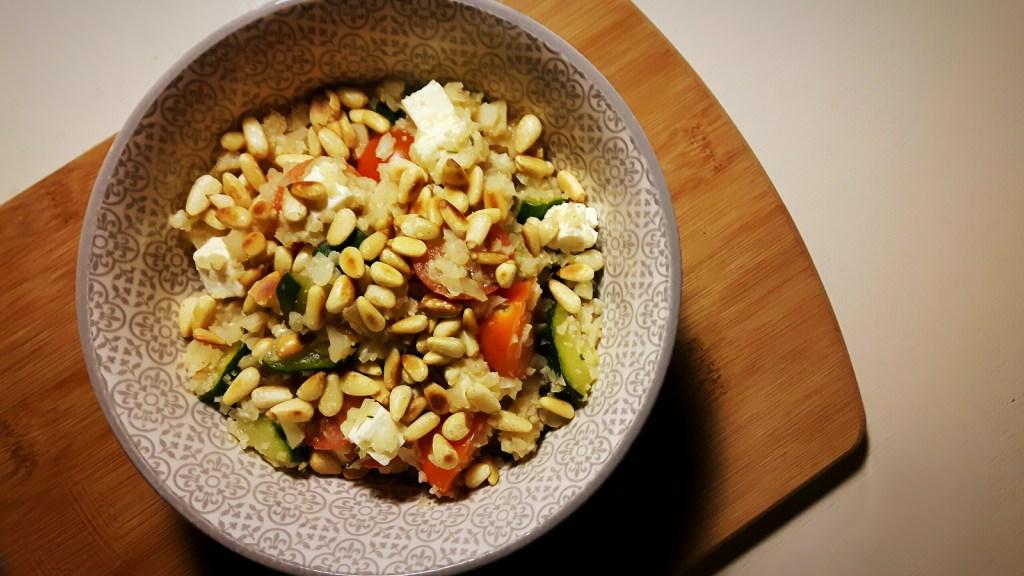 Koolhydraatarme risotto met courgette, tomaat en witte kaas
