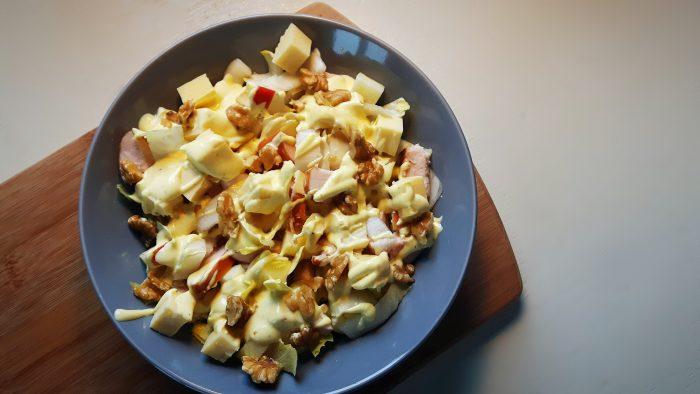 Koolhydraatarme waldorfsalade van witlof met gerookte kip, appel, kaas en kerriedressing