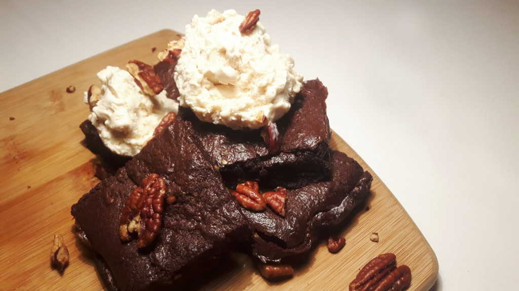 Koolhydraatarme salted pecan brownies met ijs
