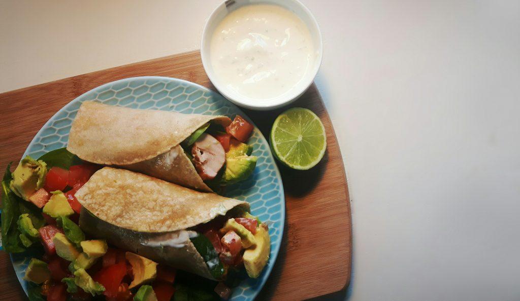 koolhydraatarme wraps met kip, avocado en limoendressing - flowcarbfood.nl
