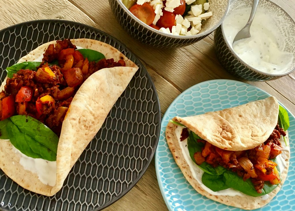 Koolhydraatarme pita's met pittig tomaten-paprikagehakt, spinazie en Griekse yoghurtdip - flowcarbfood.nl