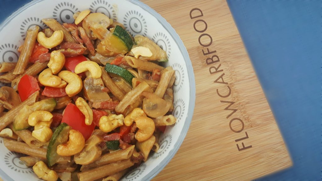 Koolhydraatarme pasta champignons, spekjes, paprika, courgette en cashew - flowcarbfood.nl