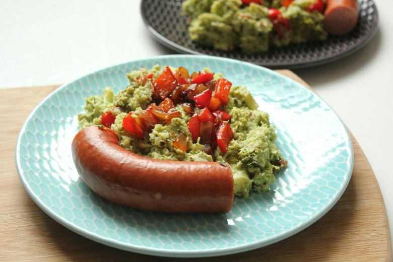 koolhydraatarme broccolistamppot met spekjes, paprika en rookworst