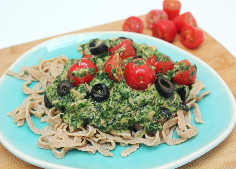 koolhydraatarme pasta met spinazie, tonijn, olijven en tomaatjes