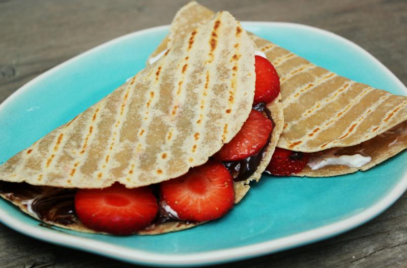 koolhydraatarme quesadilla met chocola en aardbeien barbecue