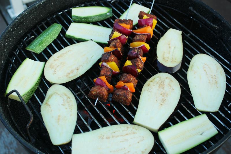 tempehspiezen, courgette en aubergine barbecue