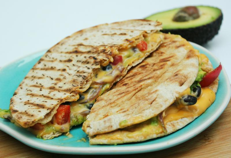 koolhydraatarme quesadillas met avocado, paprika en zwarte bonen
