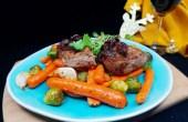 Biefstuk met geroosterde groenten en ui in rode wijn