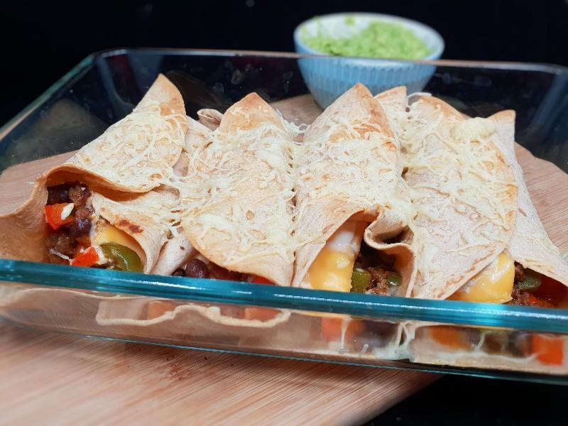 Koolhydraatarme burrito's met gehakt, groenten en guacamole