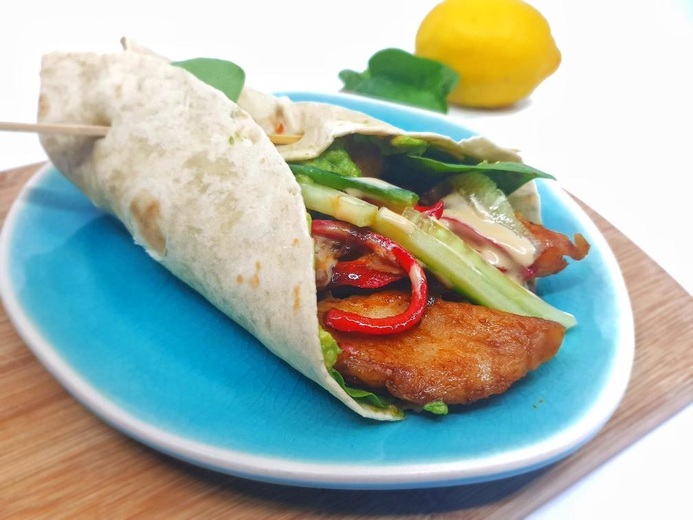 Koolhydraatarme wraps met tilapia, groenten en citroen-chili sojamayo
