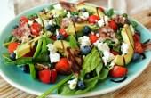 Spinaziesalade met avocado, geitenkaas, bacon en blauwe bessen