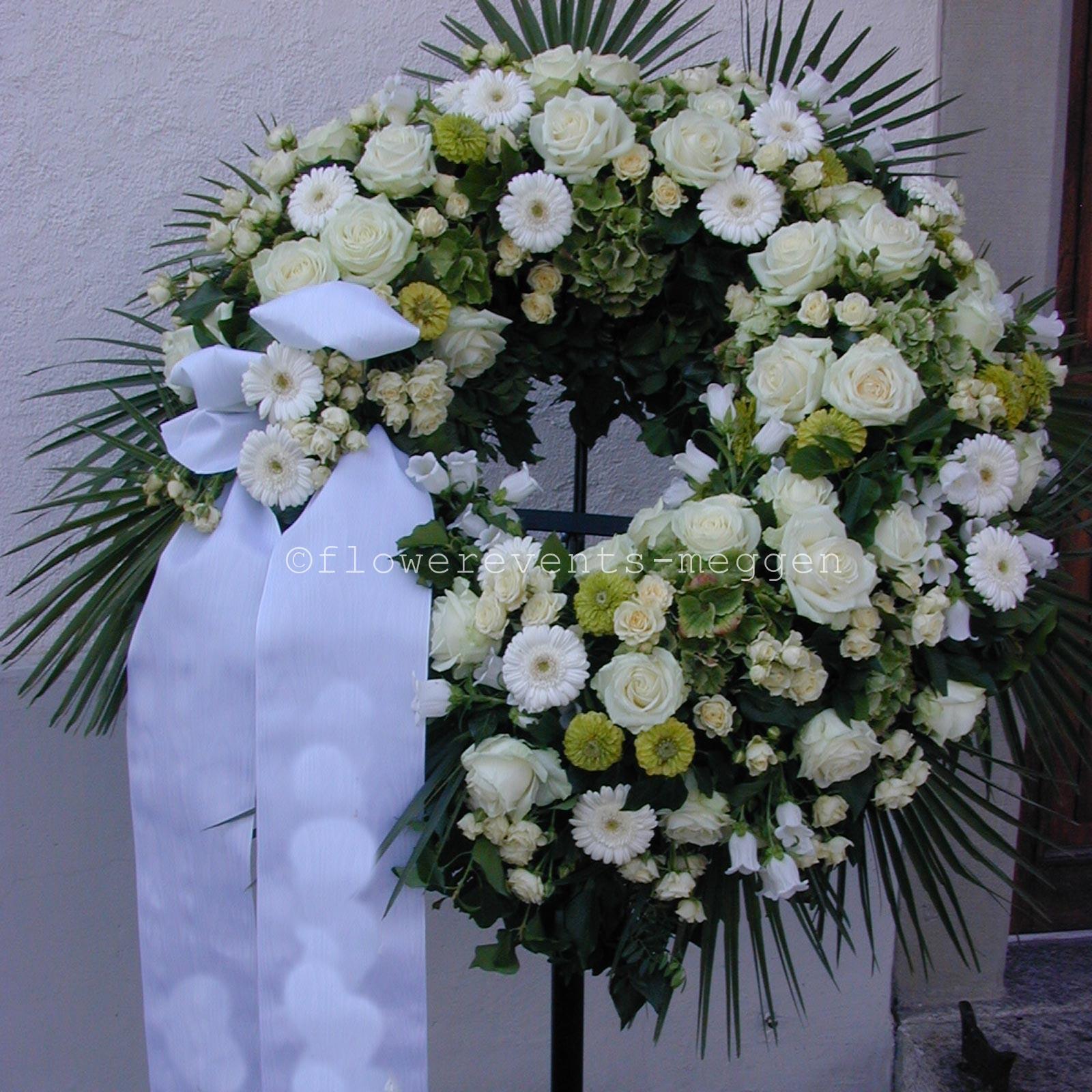Trauerkranz in weiss  Blumen Luzern Flowerevents