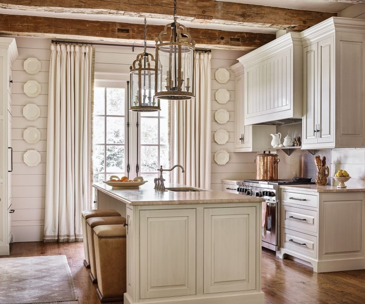 28 Antique White Kitchen Cabinets Ideas In 2019: Chic Mountain House Design Ideas