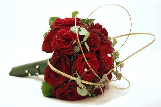 https://i0.wp.com/flowerpicturegallery.com/d/4201-2/elegant+red+roses+wedding+bouquet.jpg