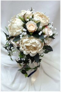 Natural posy with trailing ivy in champagne and cream tones.