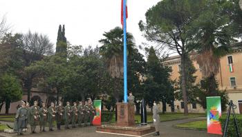 Alzabandiera in divisa d'epoca presso COMFODIN Padova