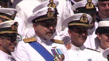 L'amm. De Giorgi insieme ai suoi marinai prima della cerimonia