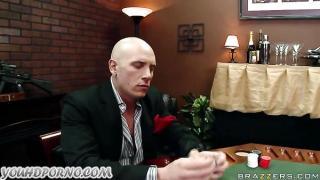 Brazzers'in Keltoşu kumar masasında porno çekiyor