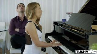 Piano bahanesi ile kıza sokuldu