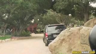 Polis arabasına domaltıyor karıyı