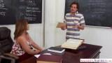 Sınıfta kara tahtanın önünde sikiş