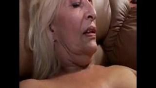 Sarışın yaşlı kadın hala sevişmekten yana