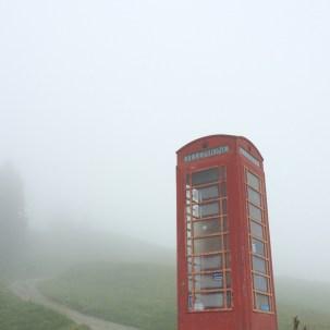 London bekommt Konkurrenz. Auch Disentis kann rote Telefonkabinen, sogar so hoch oben!