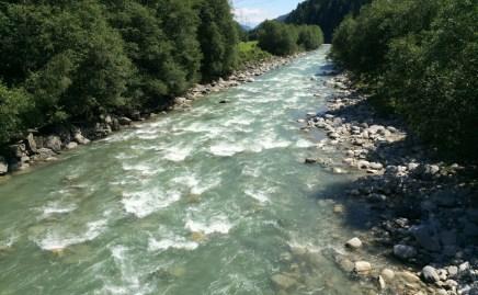 Rheinab von der Brücke aus.