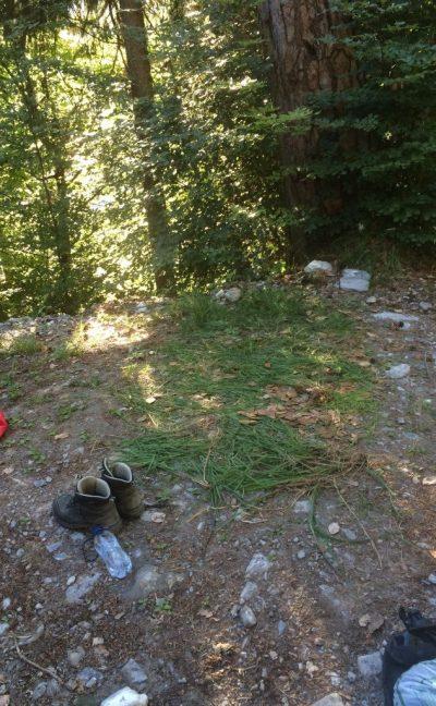 Suboptimale Plätze können optimiert werden. Hier: Unter dem Zelt lag Gras, damit der Boden nicht allzu hart und pieksig war.