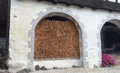 Kunstvoll geschichtetes Brennholz - wer hat dazu heute noch Zeit?