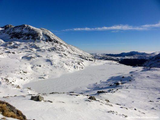 Lacul Bucura iarna inghetat