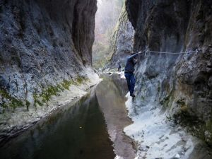 traversare peste apa in chei