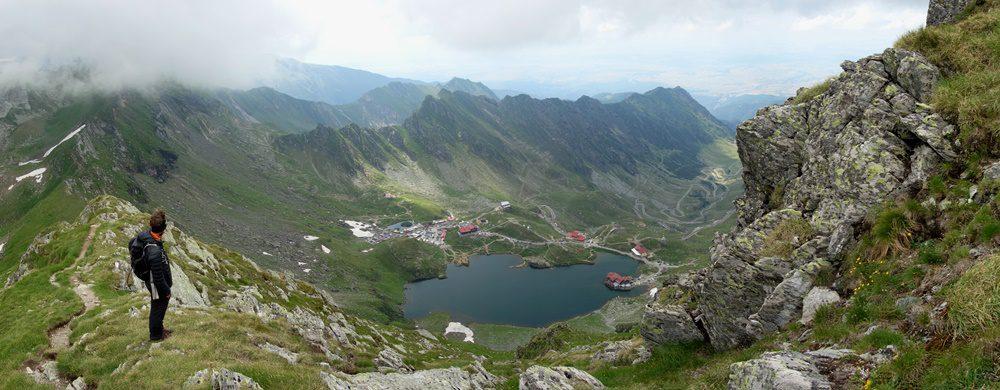 priveliște spre Lacul BÂlea și Transfăgărășan din creasta principală a Munților Făgăraș
