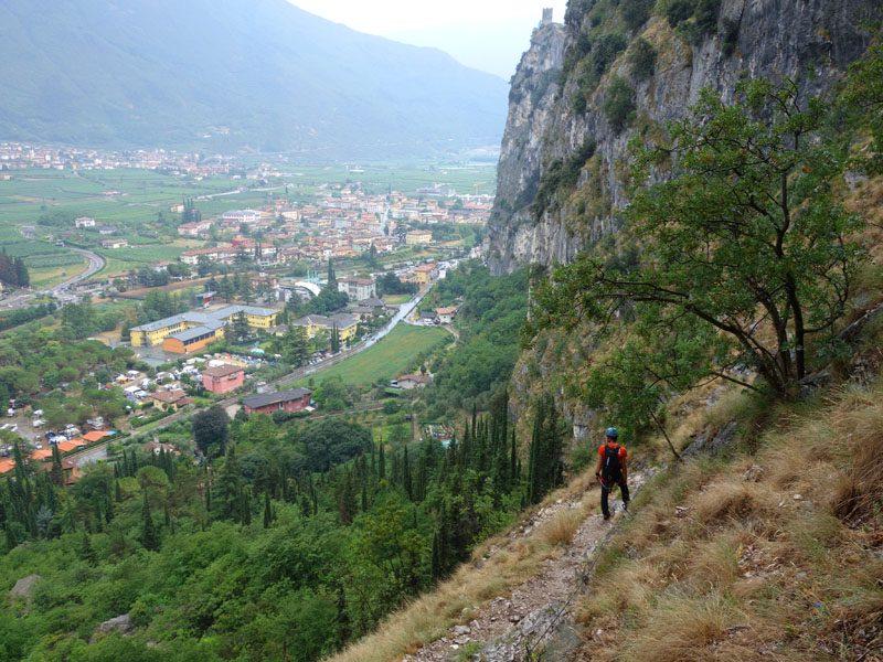 coborâre pe Via Ferrata Monte Colodri cu vedere la Arco, Italia