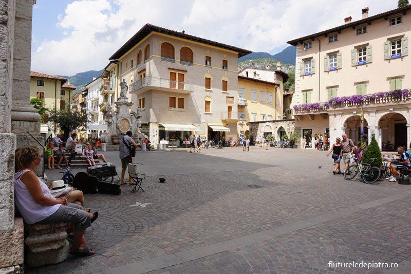 Piața Cetnrală și biserica din Arco, Italia