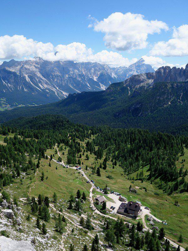refugiul 5 Torri plasat într-un peisaj superb, Dolomites
