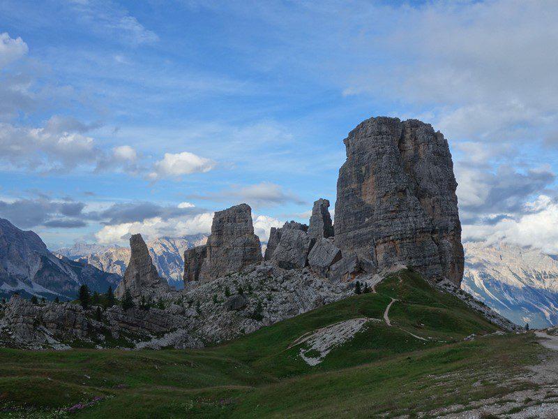 Grupul Cinque Torri, văzut din profil, dinspre refugiul Scoiattoli _munte dolomiti