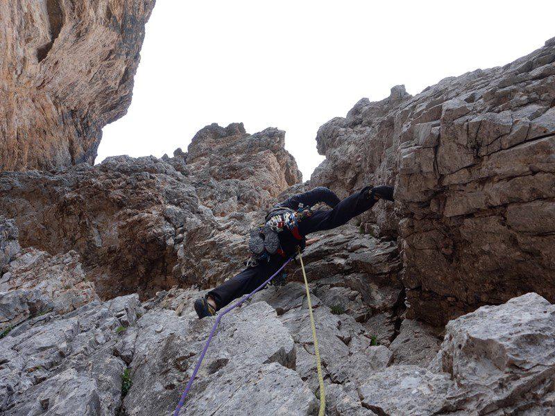 Alex traversând spre horn, First Pillar, Tofana di Roses, alpii dolomiti