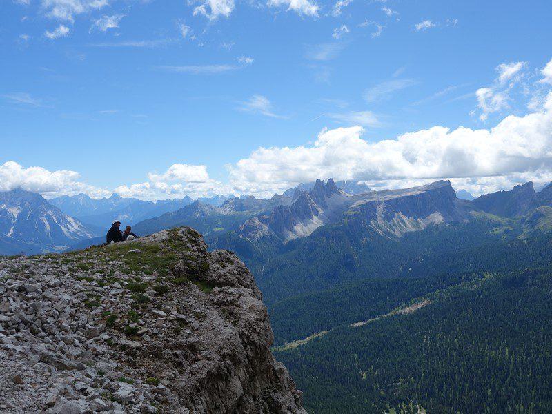 alpinisti admirand privelistea din mijlocul peretelui, Tofana di Rozes, Alpii Dolomiti