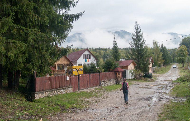 plimbare pe calea vacii prin satul Cheia, spre Muntii Ciucas