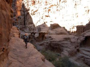 la cățărat pe gresia Iordaniei, foto: Dragoș Nedelcu