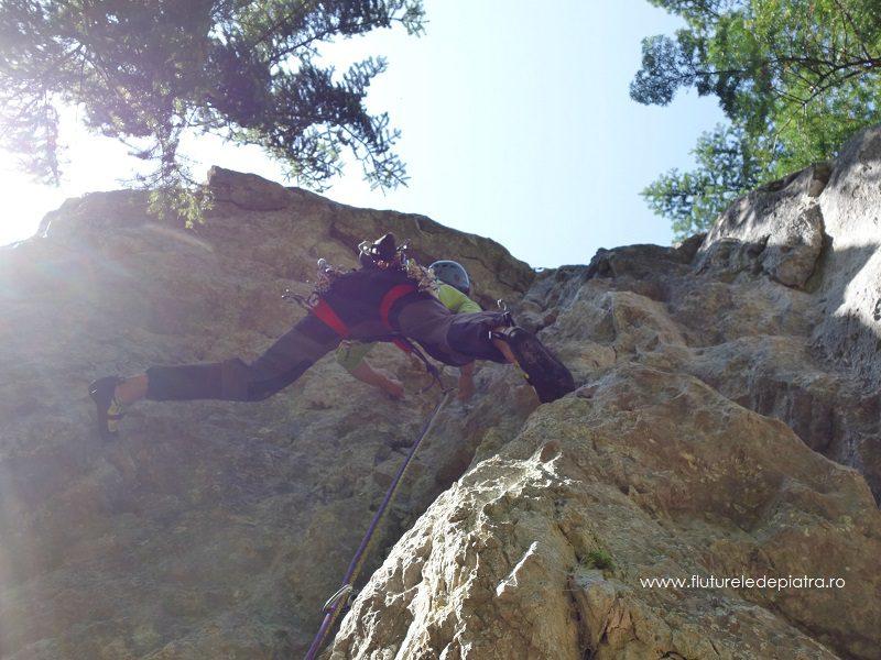 Alex în surplomba din a doua lungime, Creasta Estică, alpinism buila-vanturarita