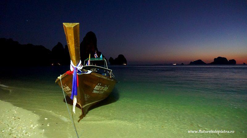 Barcă lungă acostată pe plaja Ton Sai, Tonsai, la final de zi, sudul thailandei